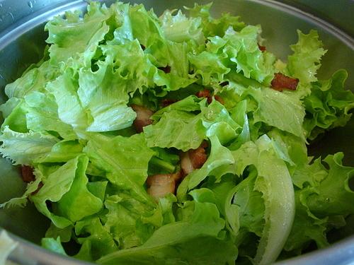 Салат с креветками и белой фасолью