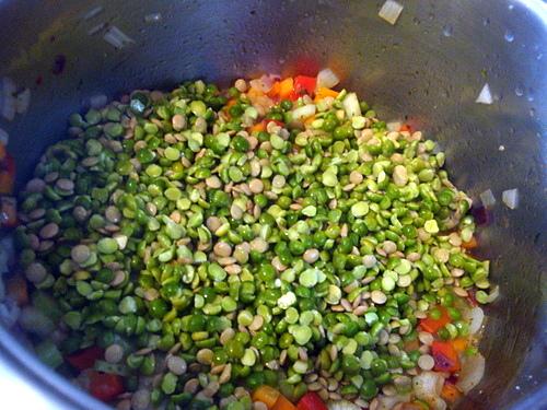 Густой суп с чечевицей, горохом и фасолью